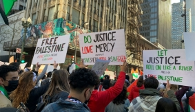People holding signs in Chicago that say free Palestine